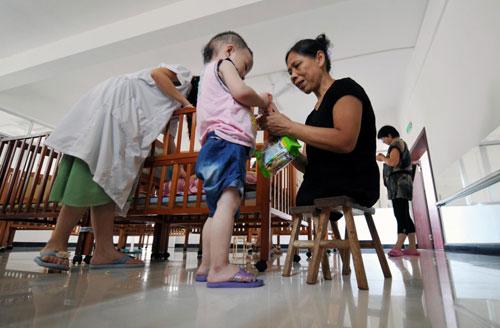 Wanita Tanpa Kaki Membesarkan 130 Anak Yatim