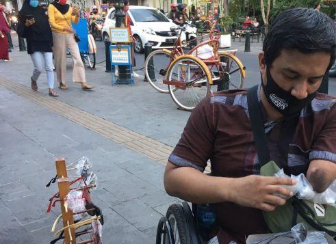 Kisah Denis, Penyandang Disabilitas Penjual Kacamata