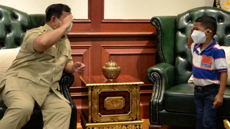 Bertemu Menhan Prabowo, Anak Difabel Dihadiahi Kaki Palsu