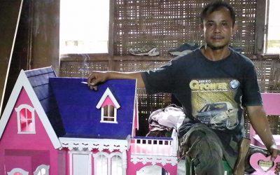 Monang Mantan Atlet Difabel Sukses Buka Toko Mebel