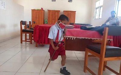 Yesi Ndun Dengan Kaki Palsu untuk Pergi Sekolah