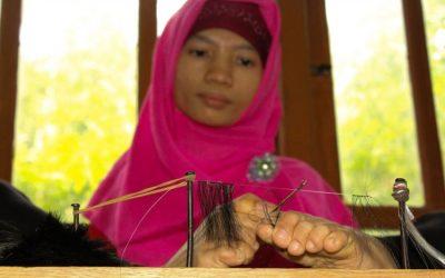 Kuswati Tuna Daksa Yang Bekerja Menenun Dengan Kaki